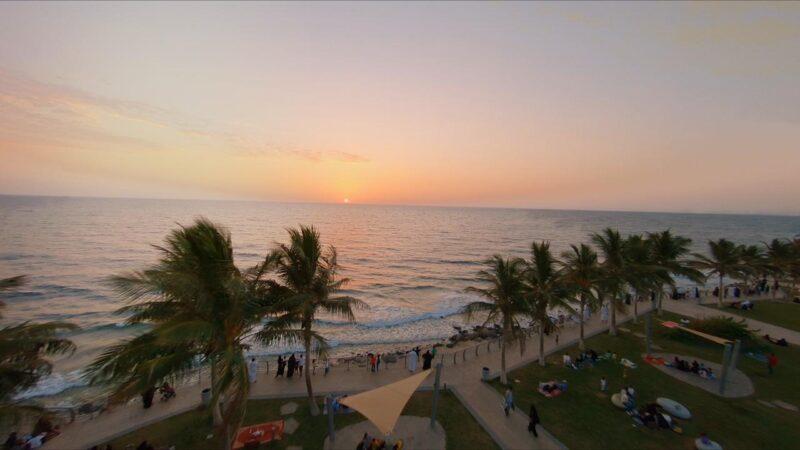 """الرمال الصافية والممرات المعبدة تجذب السياح في شاطئ """"سيف جدة"""""""