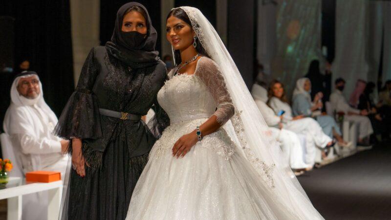 """بتقنية """" """"Fashtology مصممة الأزياء السعودية هلا العيطة تعرض مجموعتها الجديدة للسهرة والزفاف."""