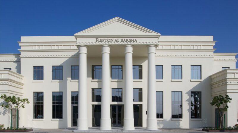 """معرض الفنون الذي تنظّمه مدرسة ريبتون البرشاء في مسرح تودا يجمع الأموال لمبادرة مؤسسة دبي العطاء """"تبنّي مدرسة"""""""