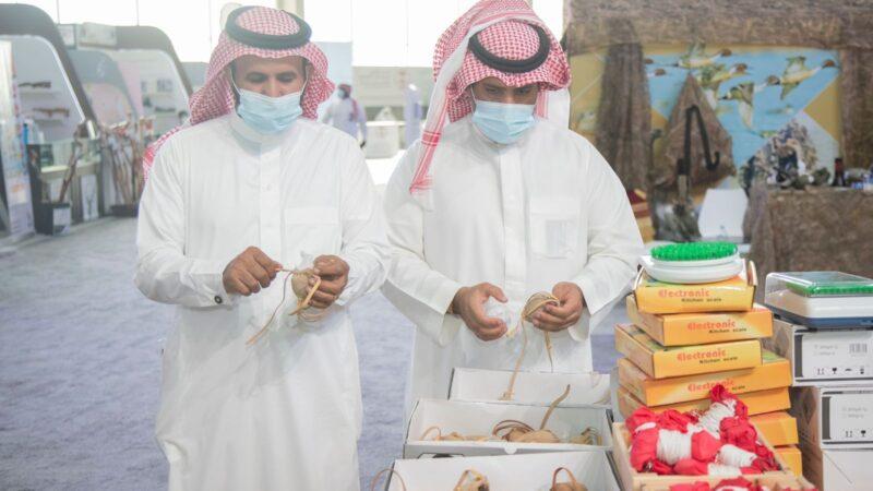 حرفي يروي قصة صناعة البرقع في معرض الصقور والصيد السعودي